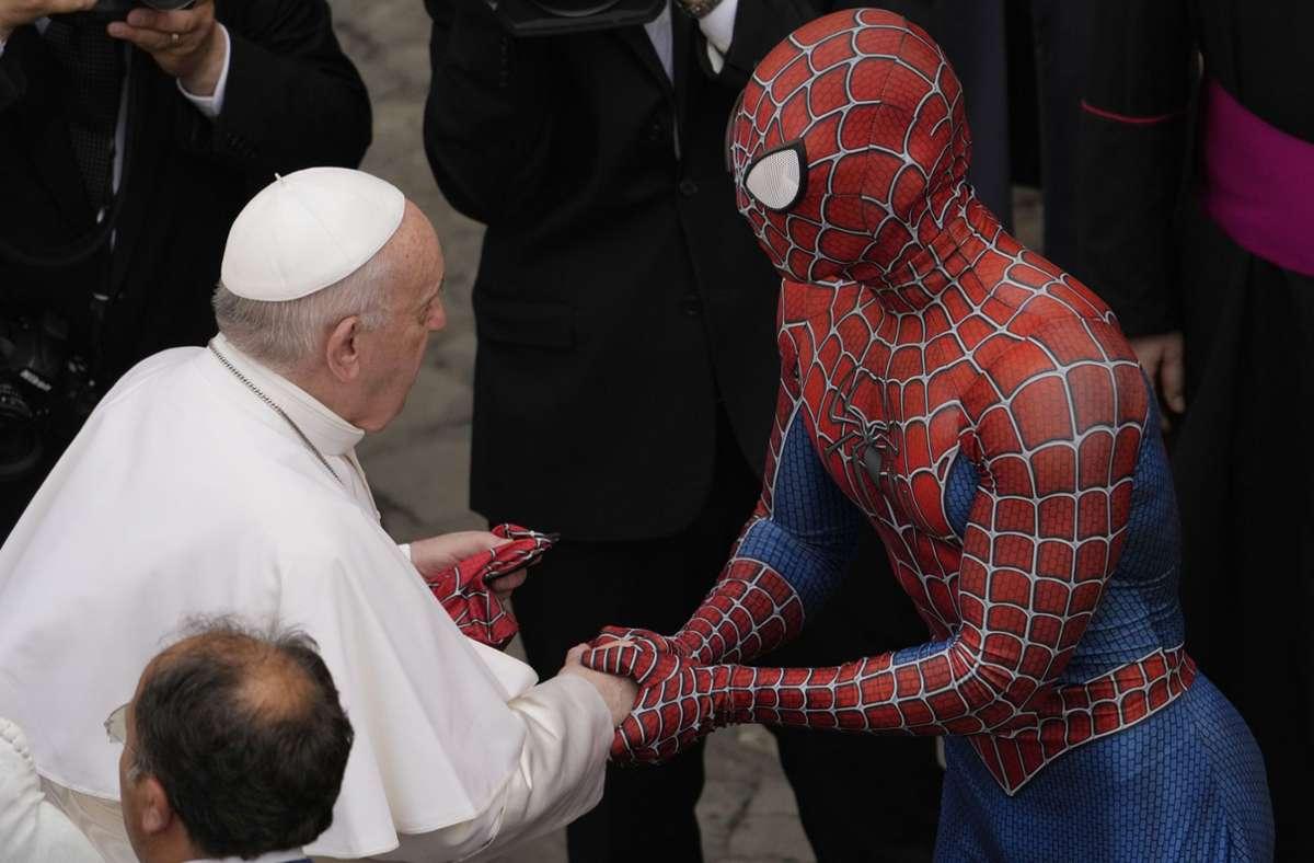 Papst Franziskus und Spiderman Foto: dpa/Andrew Medichini