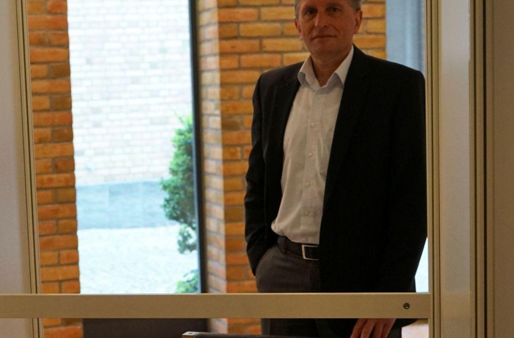 Der Fellbacher Hauptamtsleiter Ekkehard Schulz in einer eigens eingerichteten Beratungsbox im Rathausfoyer Foto: Stadt Fellbach