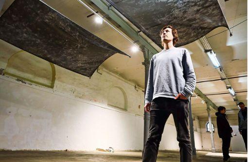 Junge Künstler   vermessen einen Raum