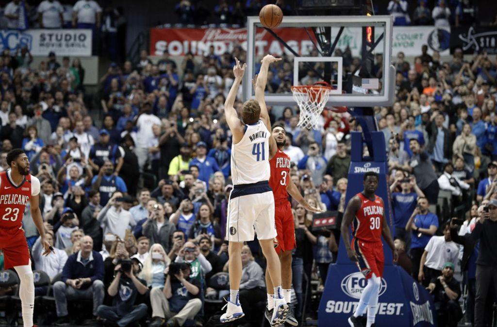 Sekunden später ist Dirk Nowitzki der sechstbeste Scorer der NBA-Geschichte. Foto: AP