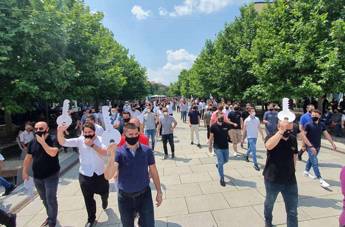 Im Kosovo steigt die Zahl der Corona-Infektionen stark an. Dennoch protestieren Gastronomiemitarbeiter für längere Öffnungszeiten. Mit den Schlüsseln weisen sie auf die drohende Schließung von Cafés, Restaurants und anderen Einrichtungen hin. Foto: dpa/Stringer