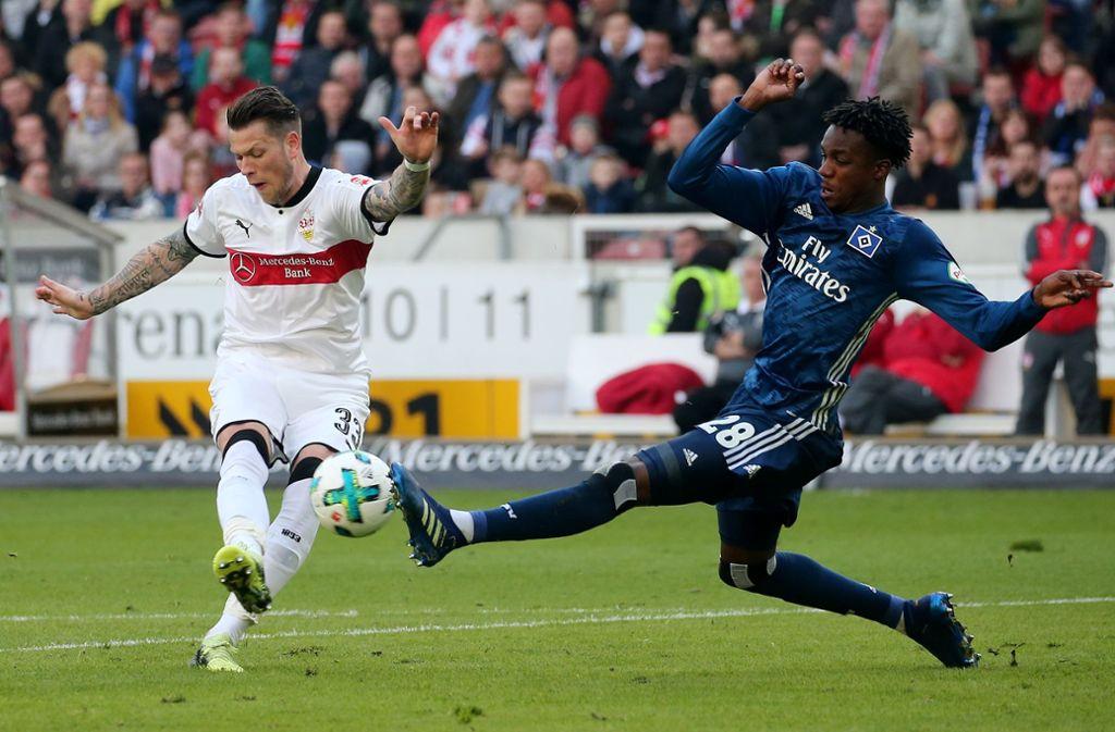 Daniel Ginczek (li.) gegen Gideon Jung im bisher letzten  Duell zwischen VfB und HSV. Die Partie in der Mercedes-Benz-Arena am 31. März 2018 endete 1:1. Foto: Baumann