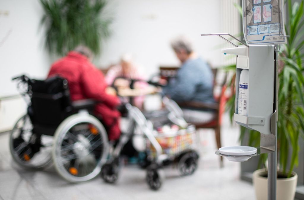 Alte Menschen gehören zu den Personengruppen, die durch das Virus besonders gefährdet sind. Foto: dpa/Jonas Güttler