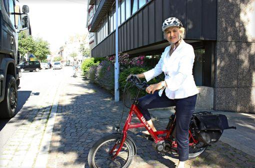 Bürgermeisterin Eva Noller kommt mit  Pedelec