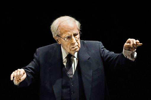 Pierre Boulez  (1925-2016) – unsere Aufnahme zeigt den Dirigenten bei einem Konzert 2011 in Paris. Foto: AP. dpa