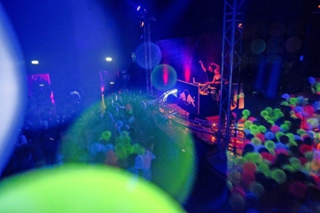 Bei warmen Temperaturen lauschten rund 200 Besucher beim Bergkonzert entspannter Musik. Auch als Party-Location kam die Villa (unten) am Samstag    an. Foto: Ayerle/Red Bull