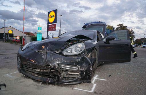 Mercedes kollidiert mit Porsche – zwei Verletzte und hoher Schaden