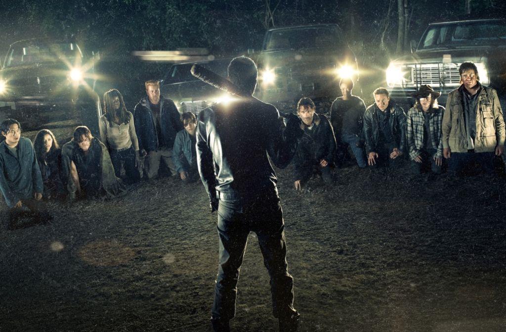"""Wer muss dran glauben? Die sechste Staffel von """"The Walking Dead"""" endete mit einem Cliffhanger. Der Auftakt der siebten bringt die grausige Auflösung. Foto: AMC/Sky"""