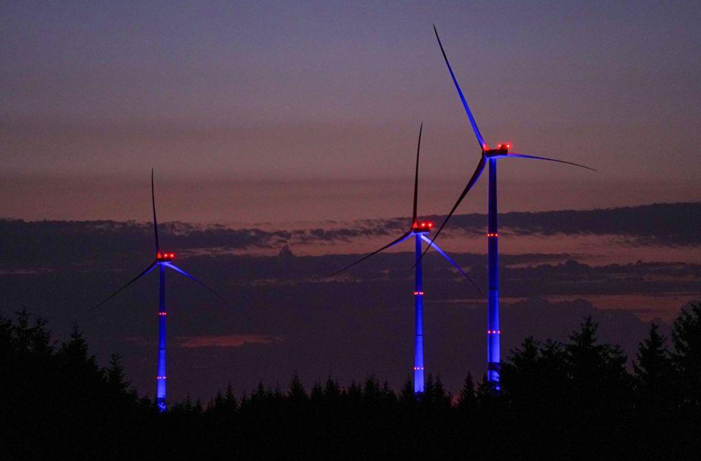 Bis 25. August werden die Windräder regelmäßig nachts beleuchtet. Foto: Edgar Layher