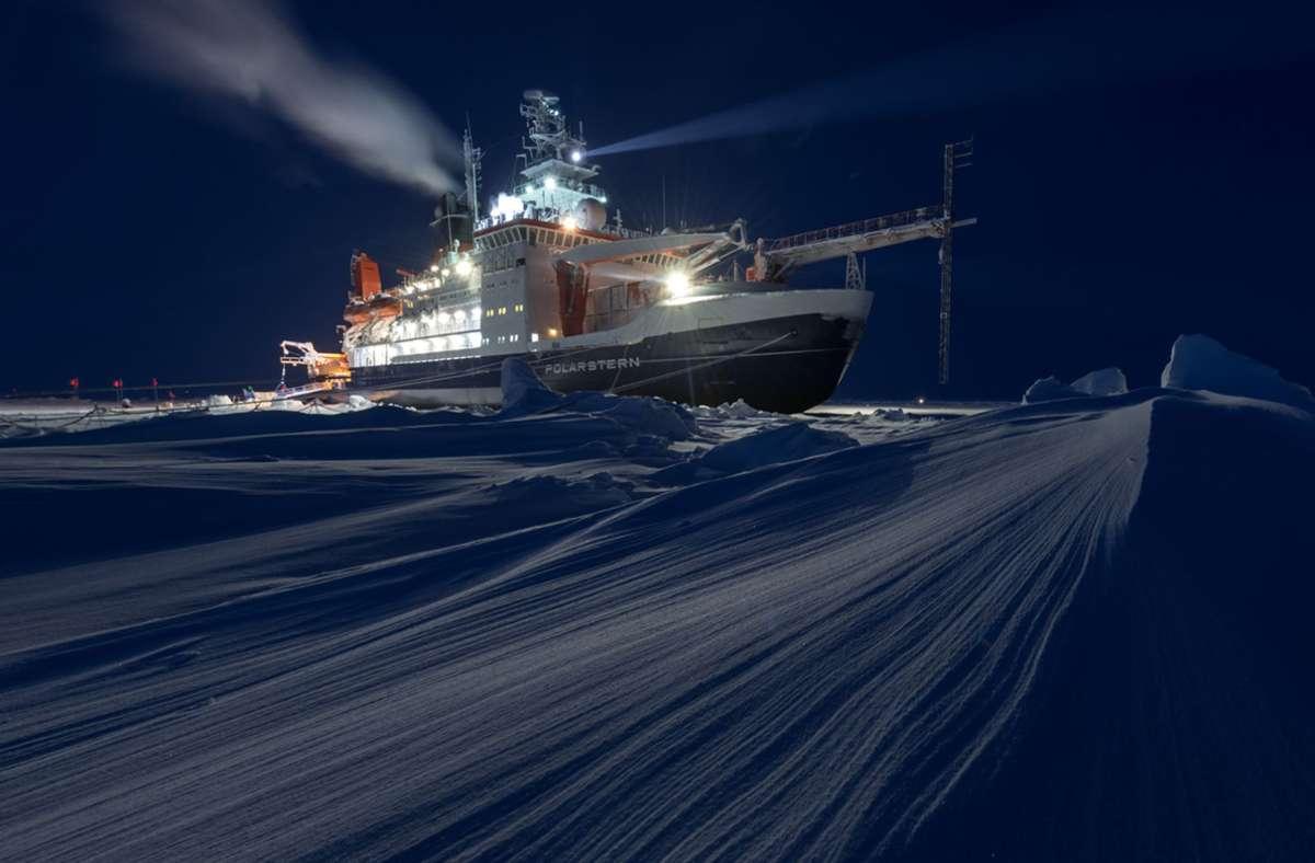 """Es war  die größte Arktis-Expedition aller Zeiten: Im September 2019 machte sich der deutsche Eisbrecher """"Polarstern"""" auf den Weg und driftete eingefroren für ein Jahr durch die Eiswüste nahe des Nordpols. Foto: Steffen Graupner/rbb/AWI/dpa"""