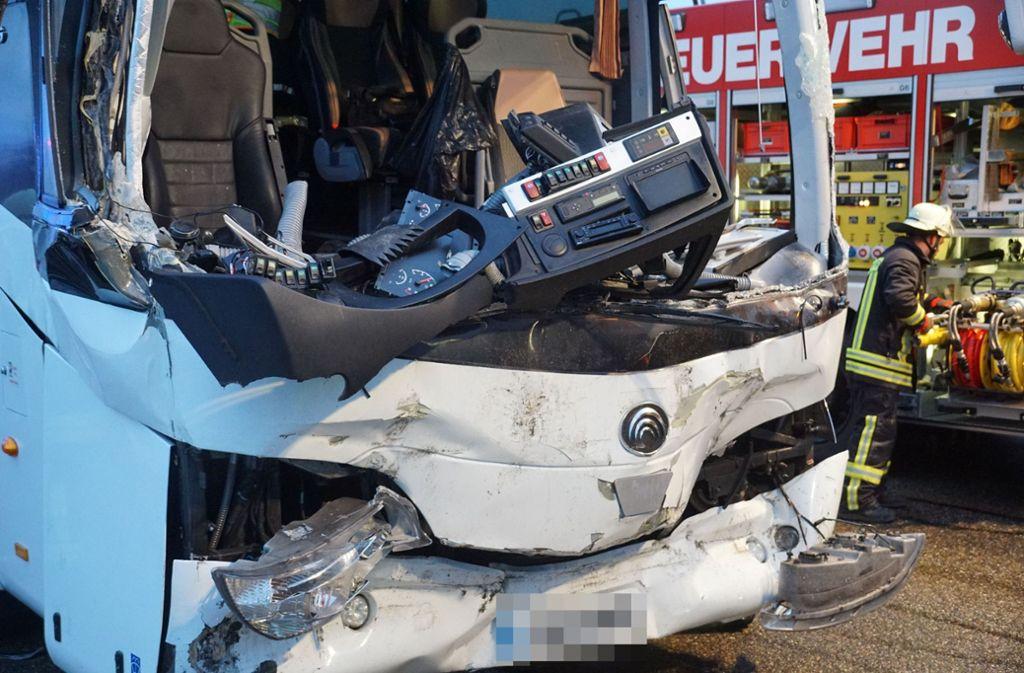Der Fahrer wurde bei dem Unfall eingeklemmt. Foto: SDMG