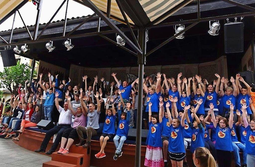 2017 trat Singemotion, der Chor der Albert-Schweitzer-Schule, beim Euromusique Festival im Europapark Rust auf. Am Dienstag, 6. März,  singen die Schüler beim Liedermarkt in der Stuttgarter Liederhalle. Foto: privat