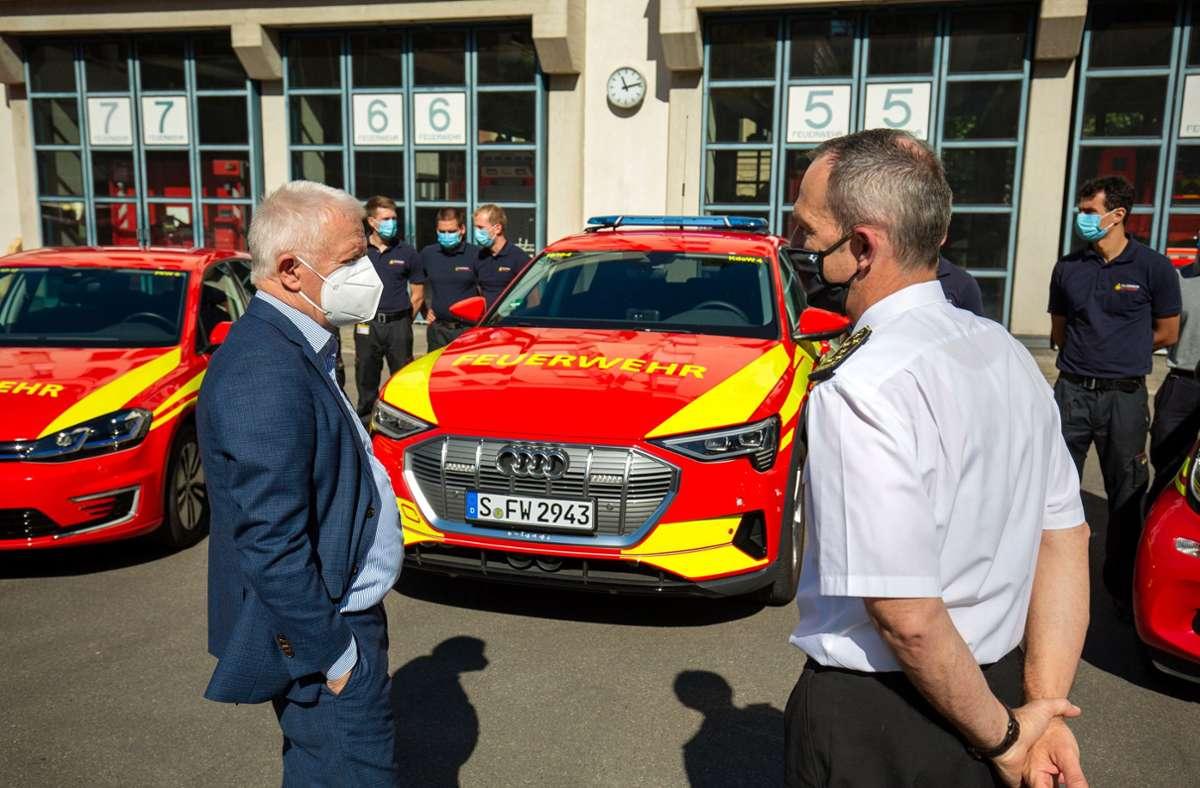 Georg Belge (rechts), Leiter der Branddirektion Stuttgart, erklärt Oberbürgermeister Fritz Kuhn  die neuen Elektro-Fahrzeuge im Fuhrpark. Foto: Lichtgut/Leif Piechowski