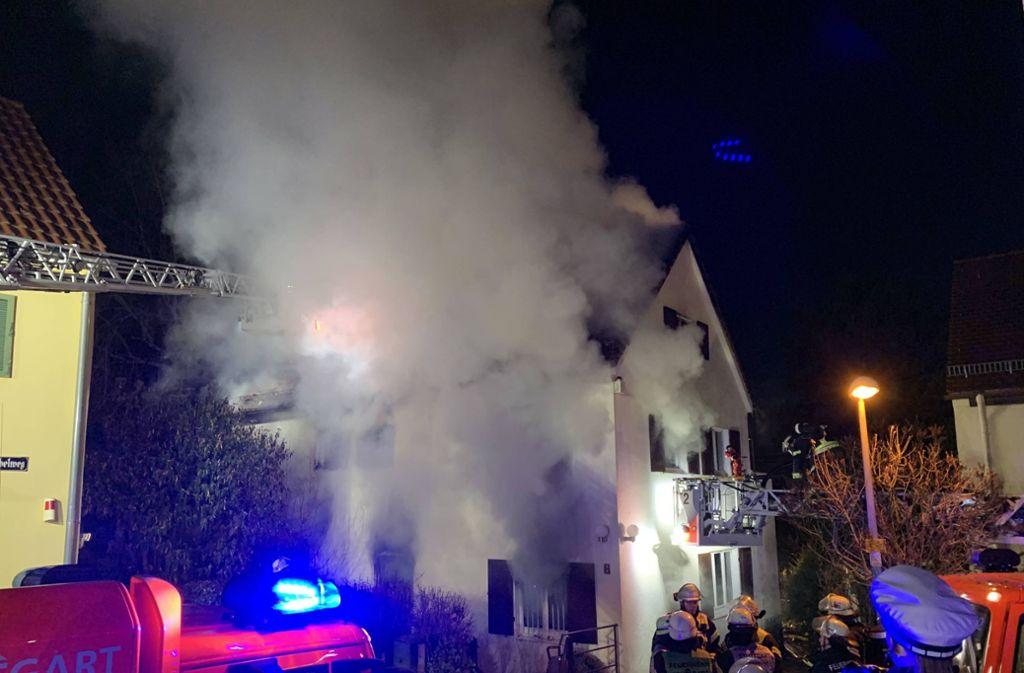 Das brennende Haus im Viergiebelweg wird von der Feuerwehr gelöscht. Foto: 7aktuell.de/Alexander Hald/7aktuell.de | Alexander Hald