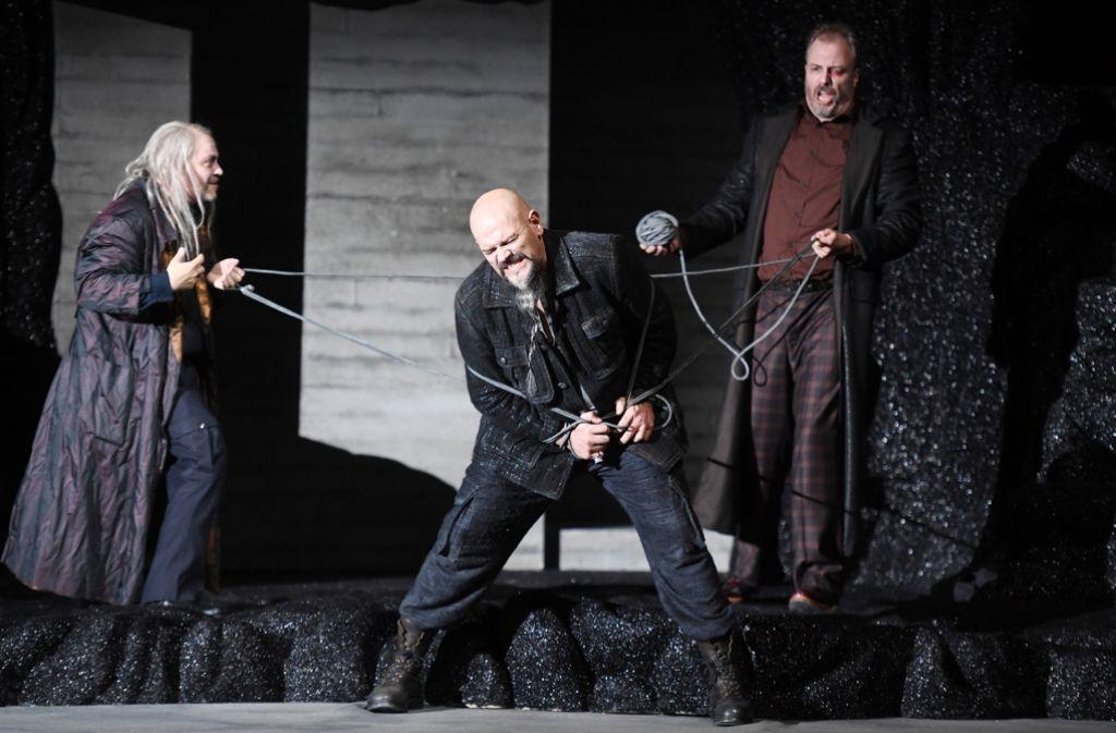 """Matthias Wohlbrecht (Loge) , Jaco Venter (Alberich), Renatus Meszar (Wotan, von links) im """"Rheingold"""" Foto: dpa"""