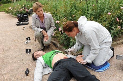 """Mit zwei Messerstichen getötet liegt Eric Gauthier in der neusten Episode der ZDF-Serie """"Soko Stuttgart"""" am Boden. Weitere Eindrücke aus der Folge sehen Sie in der Bilderstrecke. Foto: ZDF"""