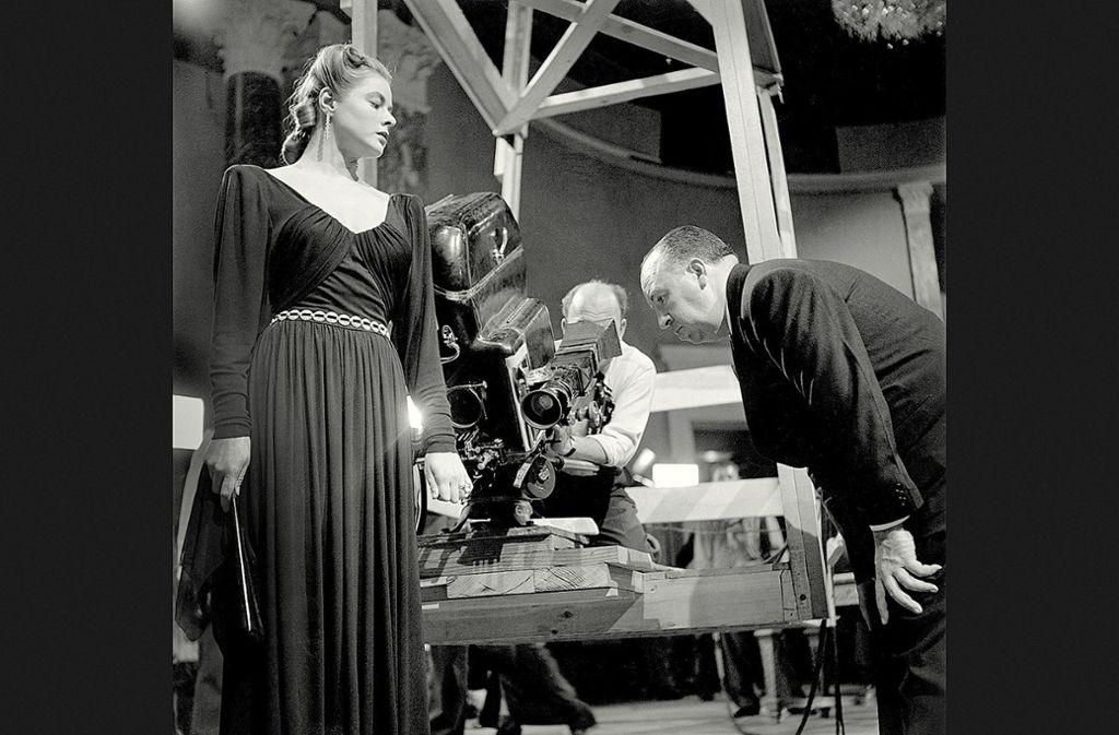 "Robert Capa hat 1945 dokumentiert, wie Alfred Hitchcock (re.) mit Capas damaliger Geliebten Ingrid Bergman ""Berüchtigt"" inszenierte. Foto: Magnum Photos/"