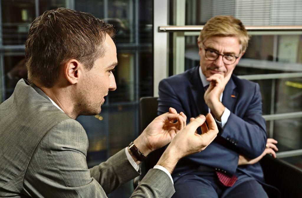 Benjamin Strasser (links) und Matern von Marschall   diskutieren über das  komplexe Thema Organspende. Foto: Christian Schroth