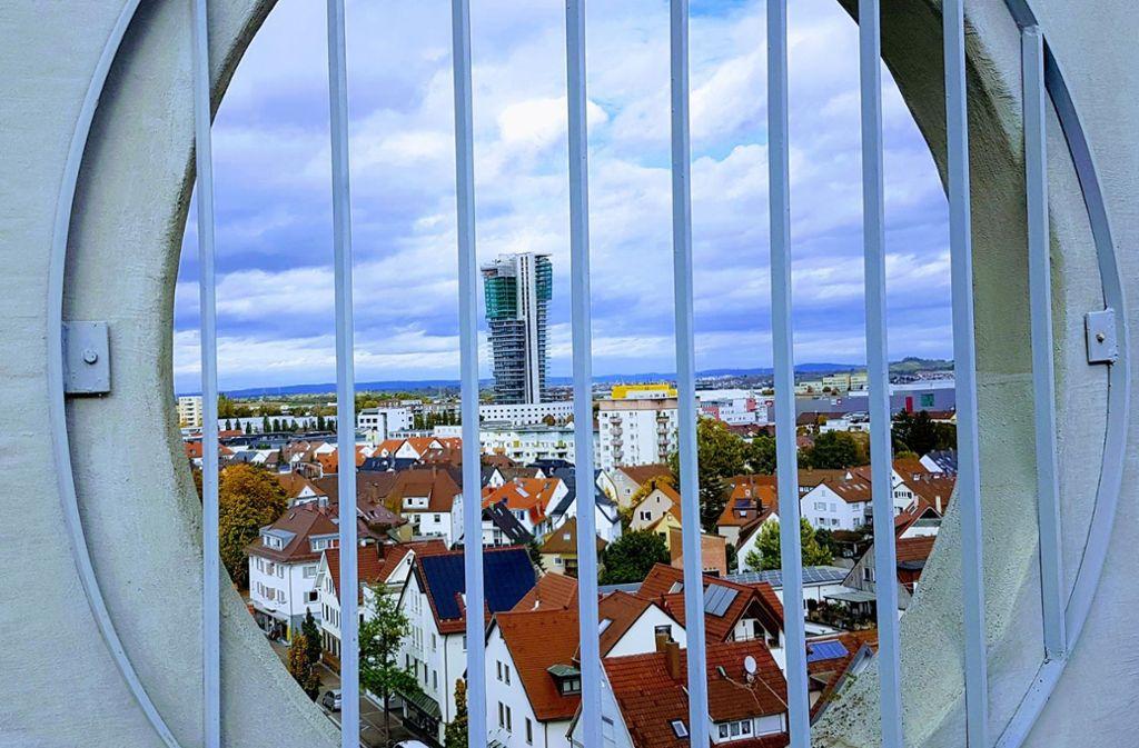 Wie hinter Gittern wird zurzeit am Fellbacher Tower gebaut: Ein Gutachten hemmt die Baufreigabe für die Fertigstellung nach neuen Plänen. Foto: Martina Santelli