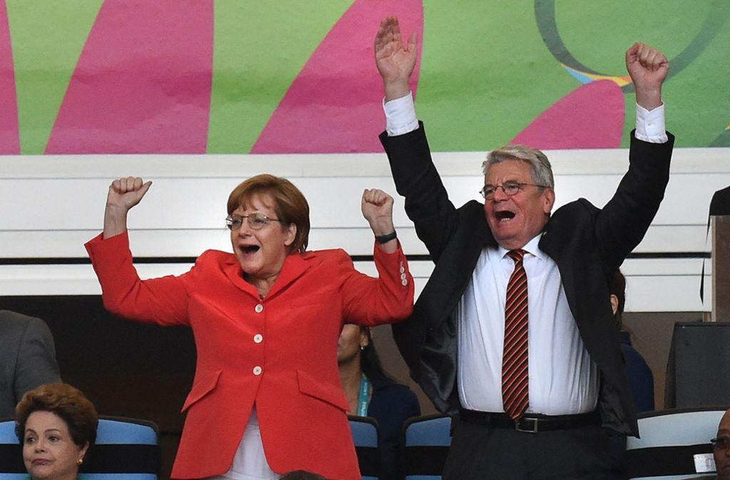 Bei der Fußball-WM in Rio 2014 war Angela Merkel auf der Tribüne, bei der Leichtathletik-EM in Berlin nicht. Das sorgt bei den Leichtathleten für Kritik. Foto: dpa