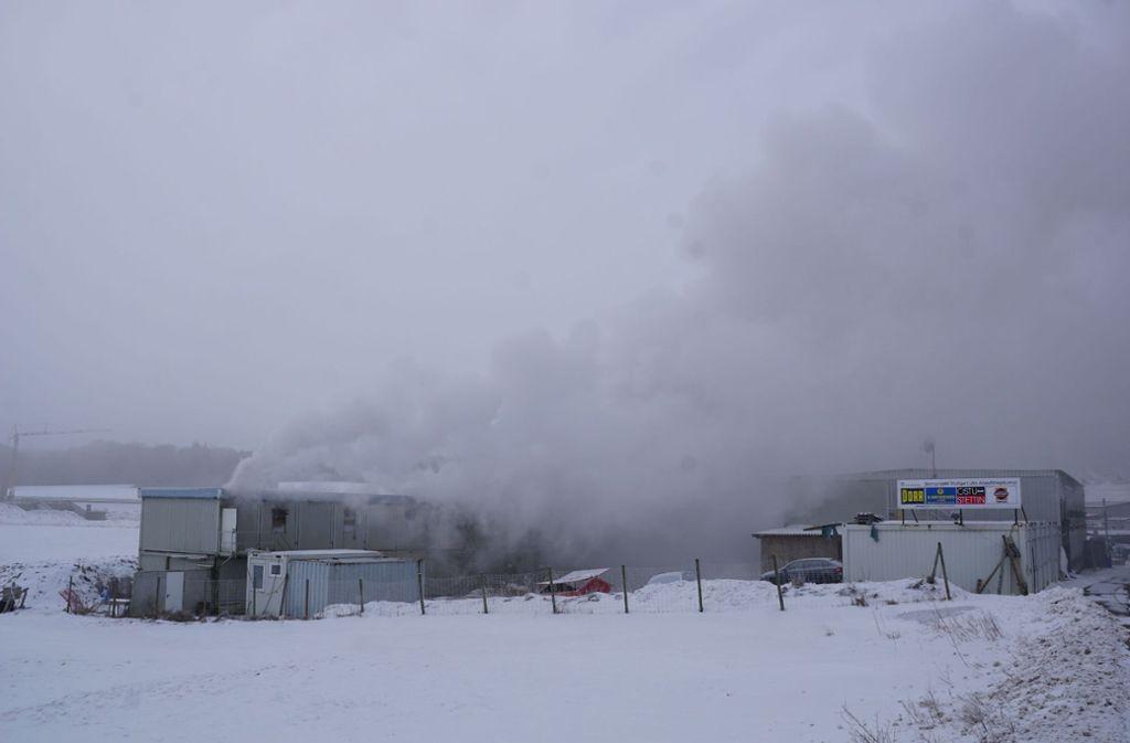 Die Wohncontainer brannten etwa zwei Stunden. Foto: SDMG