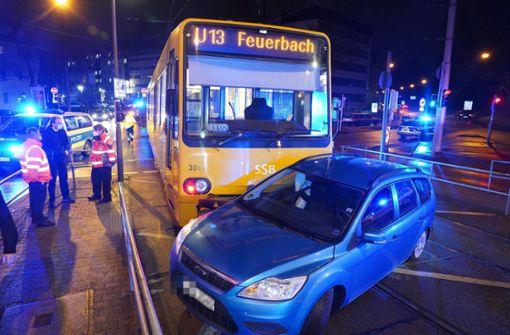 Ford-Fahrer missachtet Rotlicht – Auto wird von U13 mitgeschleift