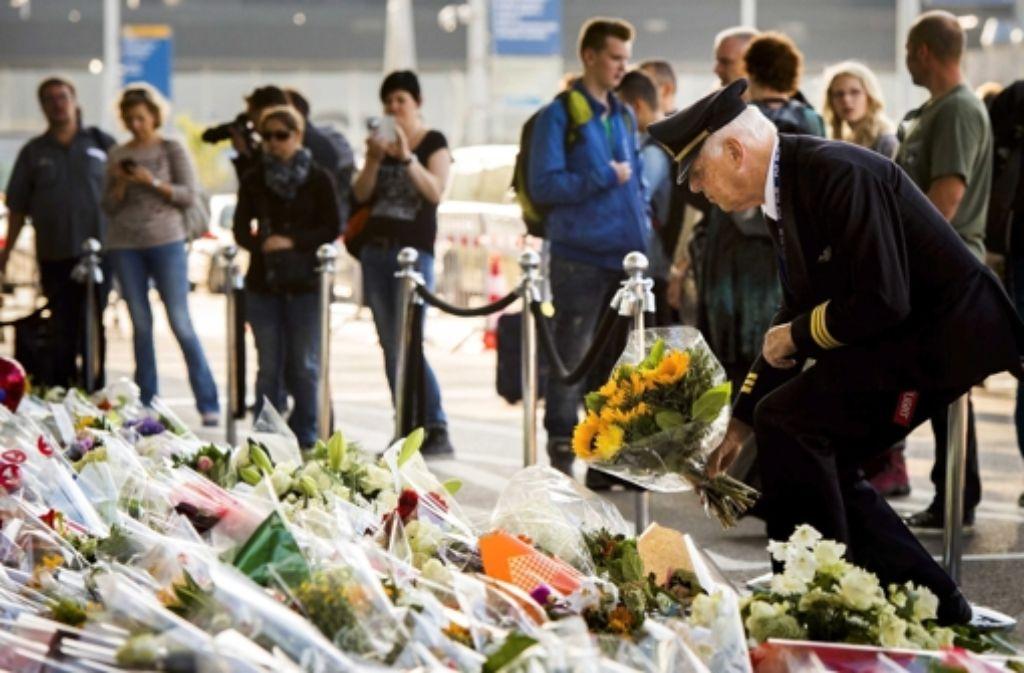 Vor dem Flughafen in Schipol legen Menschen Blumen nieder. Foto: dpa