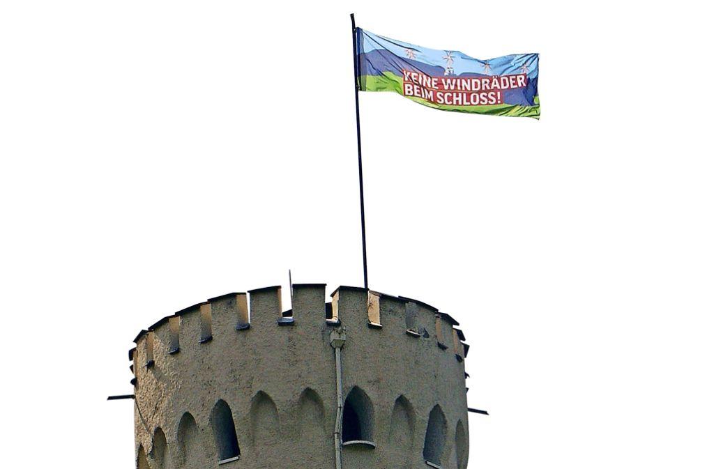 Wilhelm Herzog von Urach hat über dem Schloss Lichtenstein eine Protestfahne aufgezogen. Foto: privat