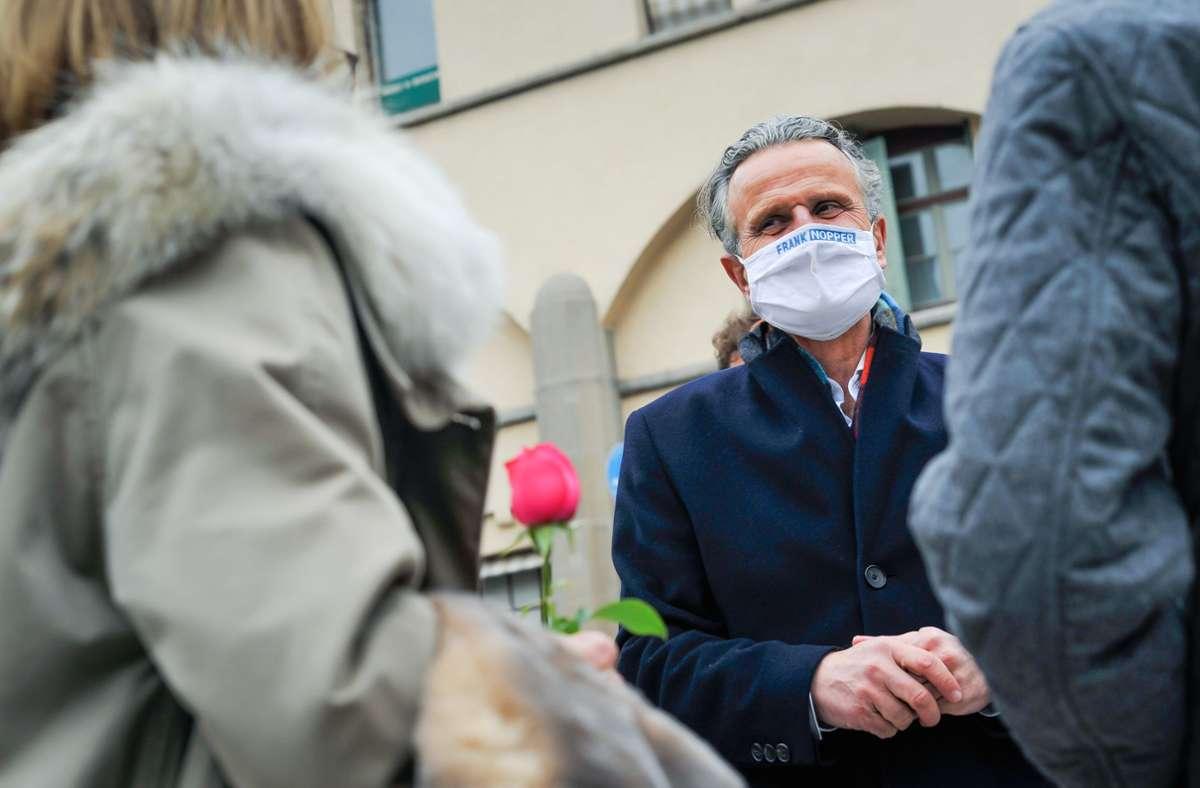 Mit Rosen und Schokowaffeln bedankt sich Frank Nopper bei seinen Wählern. Foto: Lichtgut/Max Kovalenko
