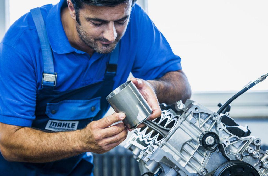 Für Motorspezialisten wie den Kolbenhersteller Mahle bedeutet der Übergang zur Elektromobilität eine große Herausforderung. Foto: Kai R. Joachim
