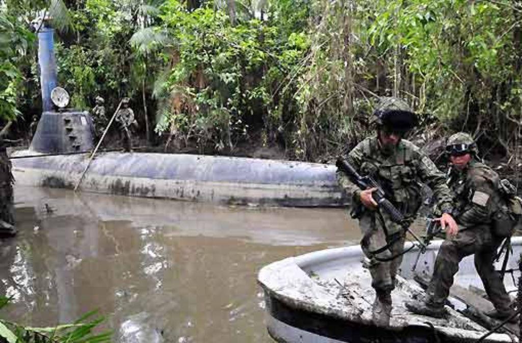 Soldaten bewachen das 31 Meter lange, üppig ausgestattete Boot. Auch Lebensmittel für eine längere Reise waren schon an Bord. Foto: dpa
