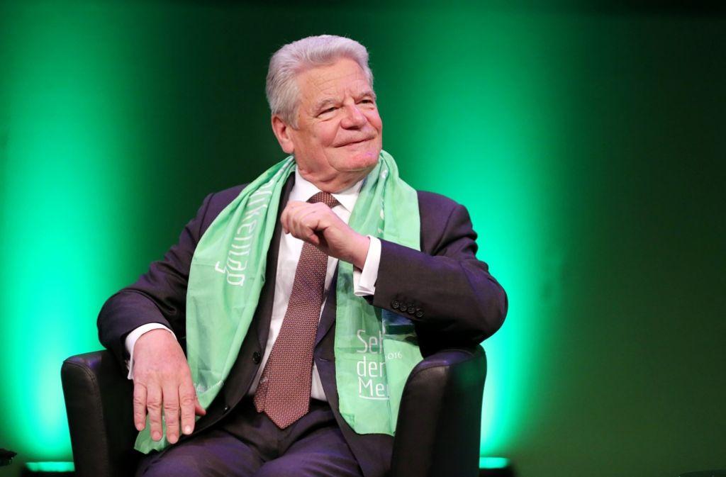 Joachim Gauck sonnt sich in Leipzig Foto: dpa