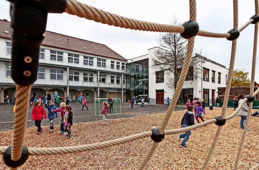 Mit dem Anbau an die Grundschule in der Hindenburgstraße sind hier   die Raumprobleme gelöst worden. Foto: factum/Archiv