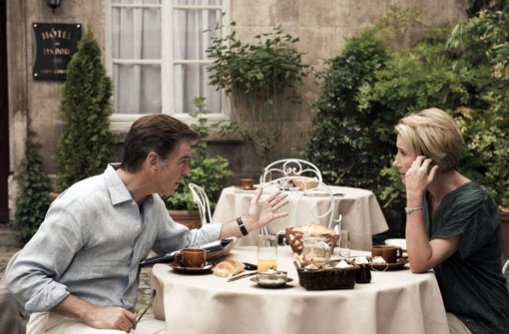 Pierce Brosnan und Emma Thompson spielen händelnde Ex-Eheleute, die sich gegen die Gier anderer zusammenraufen müssen. Foto: SquareOne/Universum