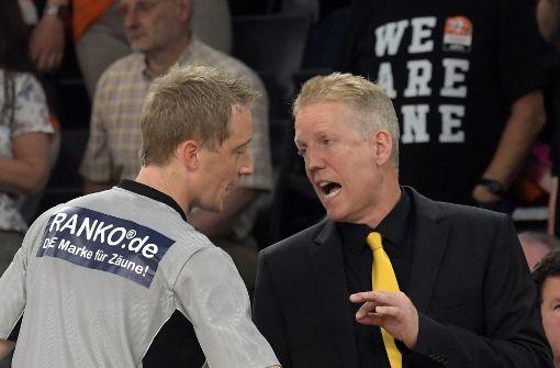 Redebedarf: Riesen-Trainer John Patrick hadert mit dem Schiedsrichter. Foto: dpa