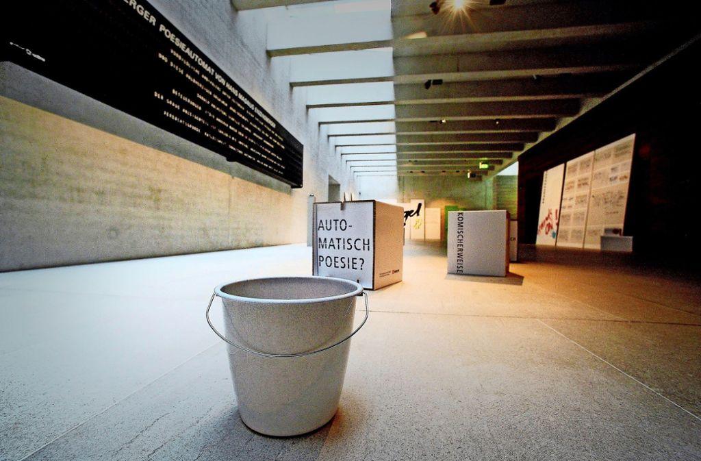 Keine Kunst, kann aber auch nicht weg: Der Eimer soll Wasser auffangen. Foto: Werner Kuhnle