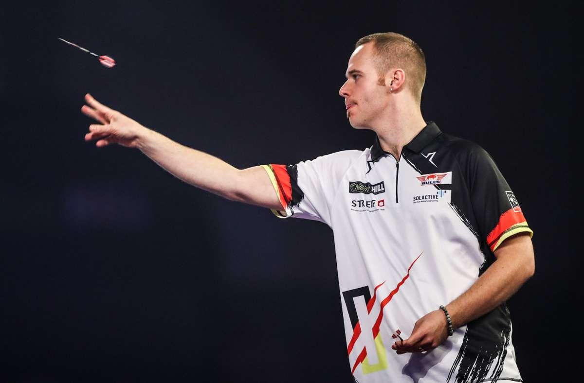 Der deutsche Darts-Profi qualifizierte sich ohne Probleme für die nächste Runde. Foto: dpa/Kieran Cleeves