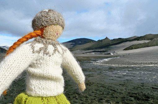 """Icelandic Mountain Guides: Stricken und Wandern in Island  Stricken und Wandern auf Island. Klingt zunächst sehr ungewöhnlich. Bei näherem Hinschauen wird deutlich, wie gut diese Kombination gewählt ist. Die """"kreative Idee"""", so lobte die Jury, wird hier von Hélène Magnusson vielfältig umgesetzt: vom Besuch eines Strickmuseums, dem Besuch einer Wollproduktion, die es nur in Island gibt, dem Kauf von Wolle sowie Strickworkshops widmet sich das Programm allen Facetten des Strickens. Die Jury fand, dass das Angebot der langen Tradition der Wollgewinnung auf Island in moderner Form gerecht wird. Zudem ist Stricken (wieder) im Trend. Die Jury: """"Dieses Angebot ist ein guter Ansatz, Island wieder ins Bewusstsein von Reisenden zu bringen nach der Beinahe-Pleite und den Folgen des Ausbruchs des Vulkans Eyjafjallajökull im Jahr 2010."""" Foto: SoAk"""