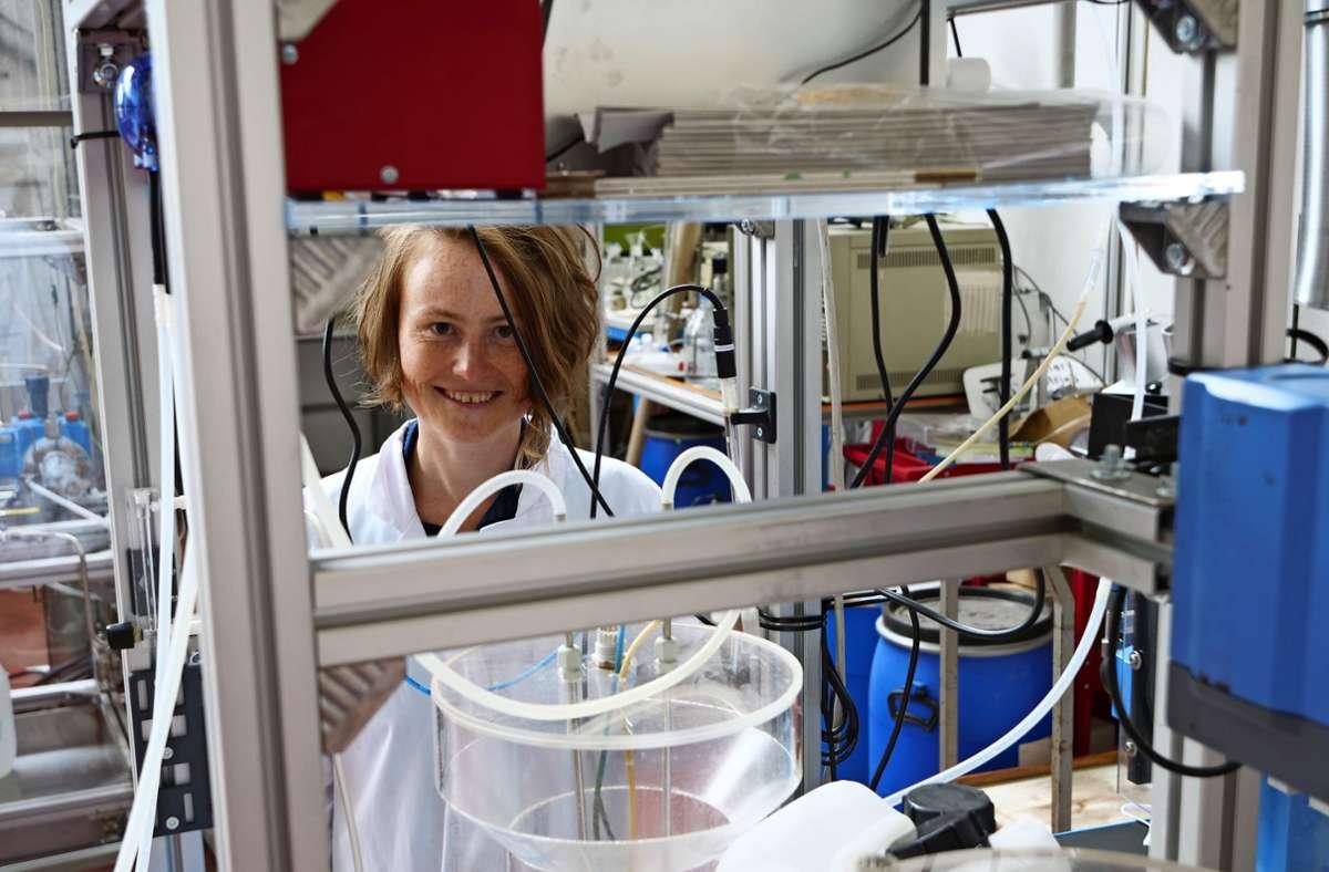Ekaterina Ovsyannikova an der kleinen Forschungsanlage zur Rückgewinnung von Phosphat Foto: Jürgen Brand