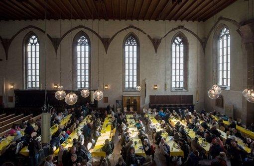 In der Vesperkirche Stuttgart bekommen Hilfsbedürftige Mahlzeiten für ein kleines Entgelt verkauft. Foto: dpa