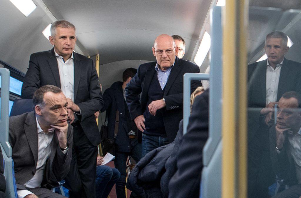 Sven Hantel (links, im Stehen) hielt die Kontakte zur Politik im Land, wie etwa bei einer gemeinsamen Zugfahrt mit Verkehrsminister Winfried Hermann (Grüne, r.) Foto: dpa