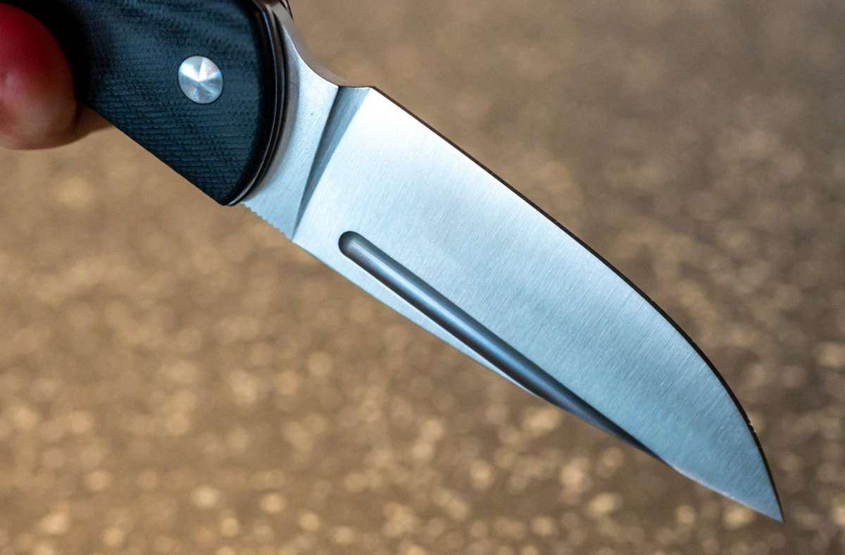 Ein Mann hat einen 14-Jährigen in einer Stadtbahn bei Stuttgart-Wangen mit einem Messer bedroht – und eine Polizistin leicht verletzt (Symbolfoto). Foto: imago images/Ulrich Roth/Ulrich Roth, www.ulrich-roth.com via www.imago-images.de