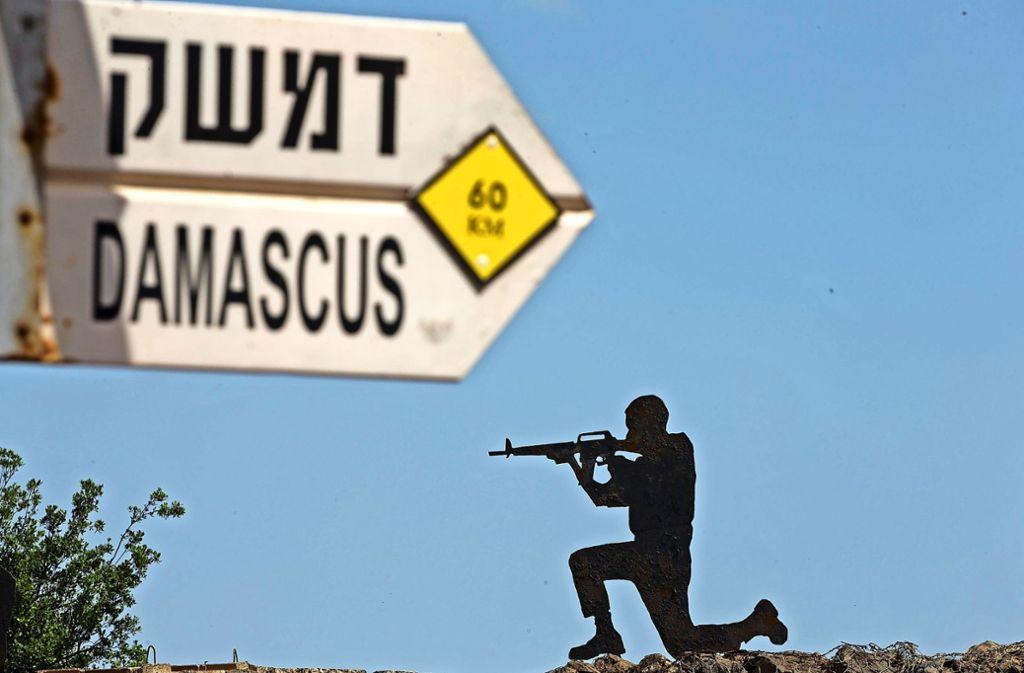 Auf den Golan-Höhen stehen sich die Gegner Israel und Iran fast Auge in Auge gegenüber. In einer israelischen Stellung weist ein Schild den Weg nach Damaskus. Foto: AP