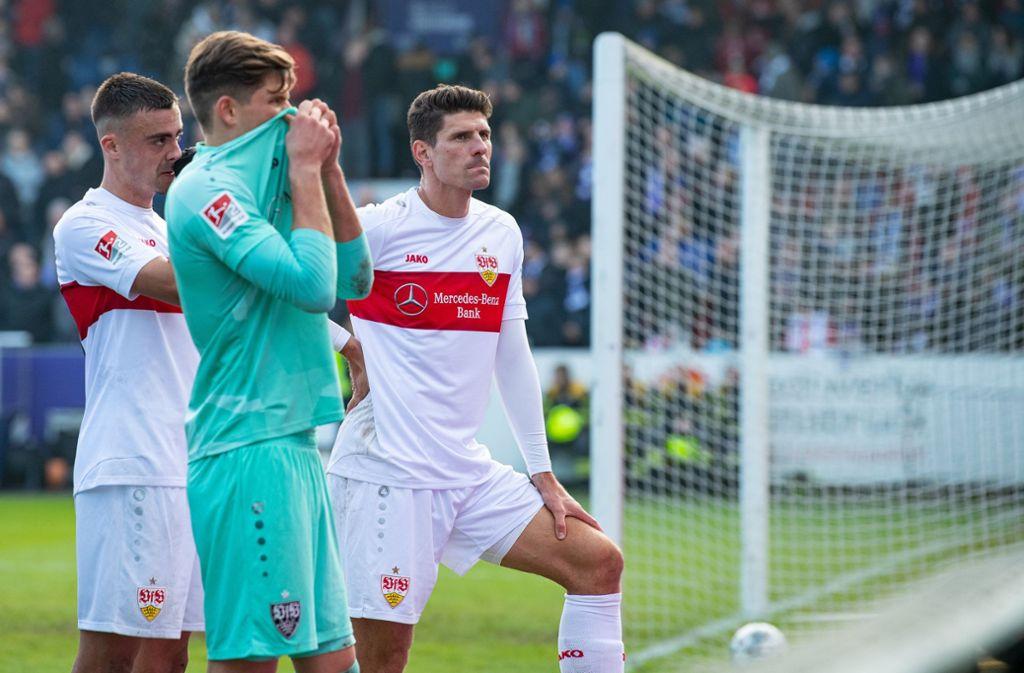 Büßergang zu den Fans: Philipp Förster, Gregor Kobel, Mario Gomez (v.li.) Foto: dpa/Guido Kirchner