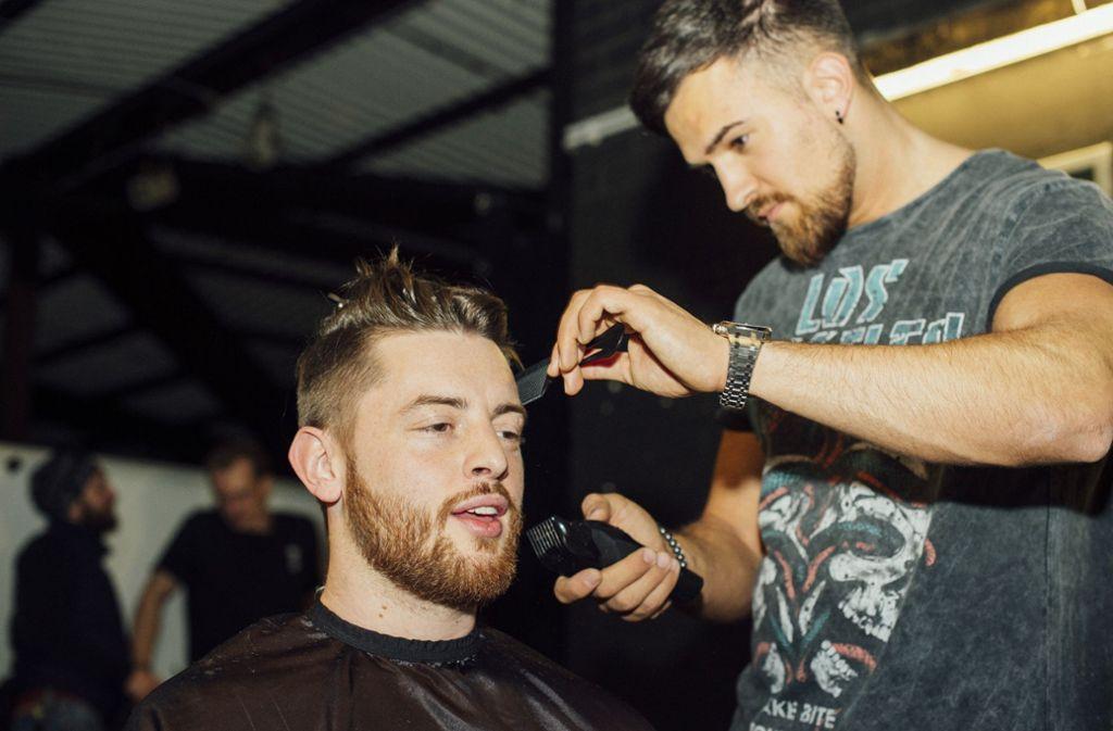 Macht ihm die Haare schön: Bausa mit Starfriseur Tugay Zeyrek Foto: Martina Wörz