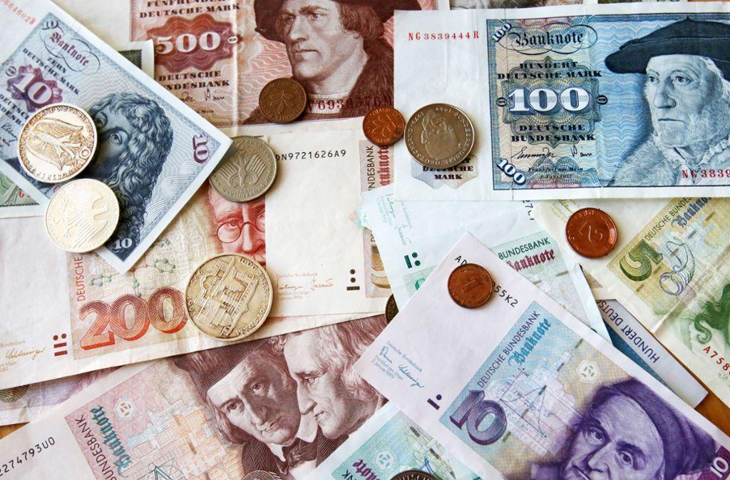 Wie sich herausstellte, hatte die Rentnerin daheim noch einen Geldbeutel mit Banknoten der im Jahr 2002 abgelösten Währung (Symbolfoto). Foto: ZB