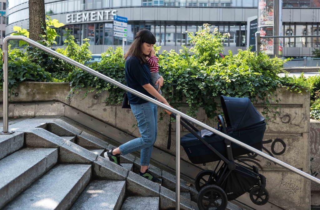 Hannah Schneider mit Sohn Max und Kinderwagen unterwegs: trotz Rampen wie an dieser Treppe ist der Weg durch die Stadt nicht immer einfach. Foto: Lichtgut/Max Kovalenko