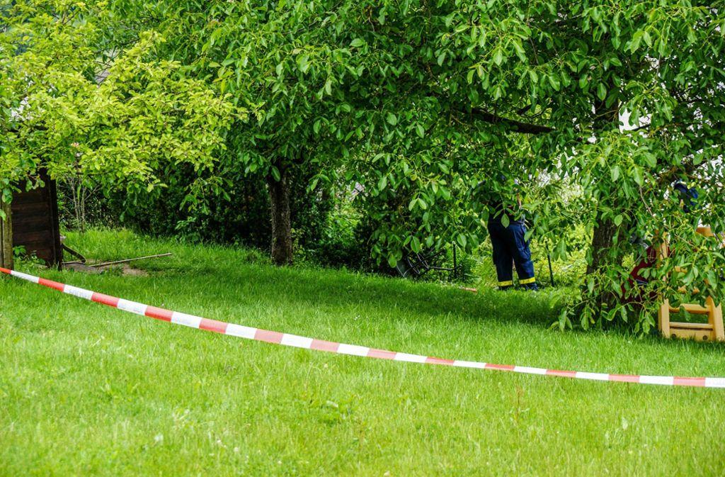 Das Gartengrundstück in Berglen wurde nach dem tragischen Unfall abgesperrt. Foto: SDMG