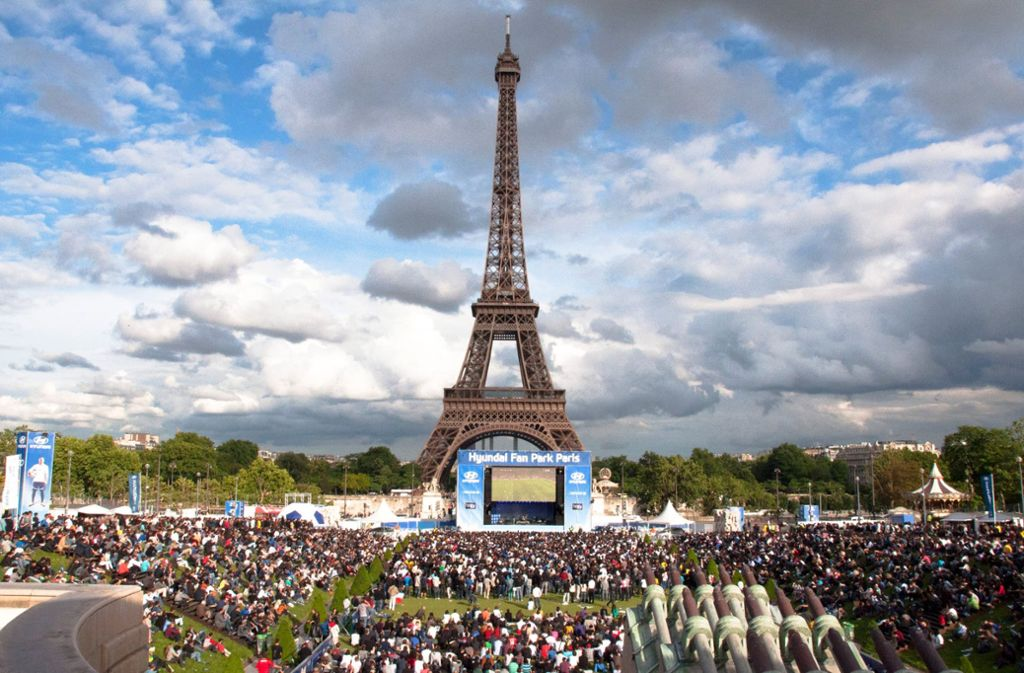2012 haben Fußballfans die EM in der Nähe des Eiffelturms schauen können, aber nur nach dreifacher Taschenkontrolle. Foto: dpa