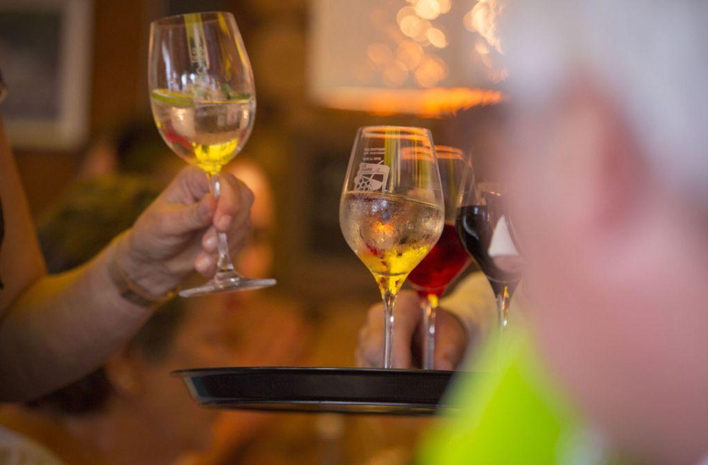 Im Kreis Esslingen gibt es mehrere Besenwirtschaften – klassischerweise wird hier Wein zum Essen serviert. Foto: Lichtgut/Leif Piechowski